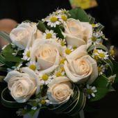 bouquet sposa di rose bianche e camomilla