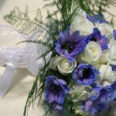 bouquet sposa rose bianche e delphinium