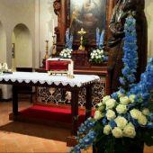 allestimento floreale per matrimonio - Chiesa di Bindella - delphinium azzurro e rose bianche