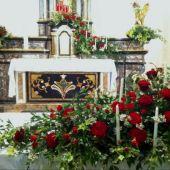 allestimento floreale chiesa di Anzano del Parco - Matrimonio - Roselline rosse