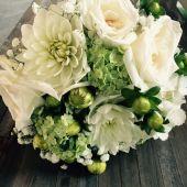 bouquet di dalie bianche rose e viburnum