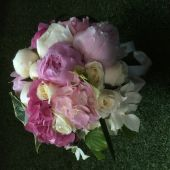 Particolare bouquet di peonie e ortensie rosa, rose e cornus bianco