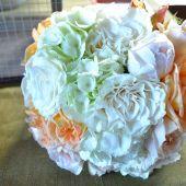 bouquet di rose e ortensie bianche