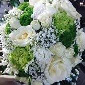 Bouquet di rose bianche ramificate e garofani verdi
