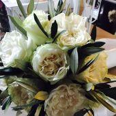 Bouquet di rose e ulivo