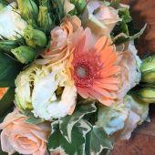 Bouquet di gerbere color pesca, lisianthus e rose