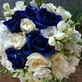 Bouquet di rose blu e bianche, fresie e ortensie