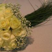 bouquet tondo rose mourissia e beargrass cascante