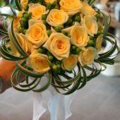 bouquet di rose crema, hypericum verde e t-grass