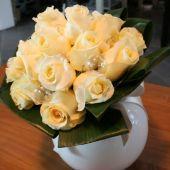 bouquet di rose avorio, aspidistra e romantiche sfere di vetro
