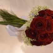 bouquet di rose rosse, velo da sposa e beargrass