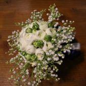 bouquet sposa di ranuncoli bianchi e mughetti