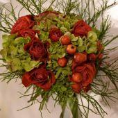 bouquet di rose rosse ortensie e mele selvatiche