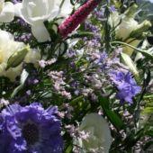 allestimento floreale country matrimonio - fiori di campo e scabiosa - Chiesa di Lasnigo