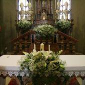 allestimento floreale country matrimonio - Lilium orientali e velo da sposa - Chiesa di Carcano