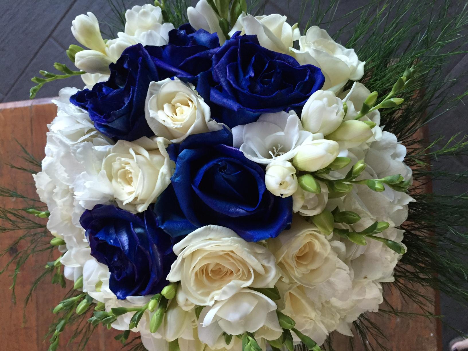 Bouquet Sposa Con Rose Bianche E Blu.Bouquets Di Rose Tagliabue Il Verde