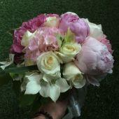 Bouquet di peonie e ortensie rosa, rose e cornus bianco