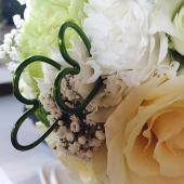 Particolare bouquet di rose bianche ramificate e garofani verdi