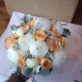Bouquet di peonie bianche rose peach avalance e cineraria argentata