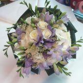 Particolare bouquet di Rose ramificate, lisianthus e fresie lilla