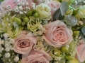 bouquet di rose rosa e lisianthus verde