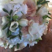 bouquet di rose cipria e ortensie bianche