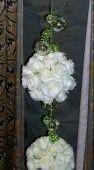 bouquet strutturato di sfere con rose bianche